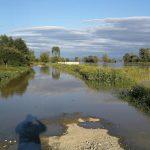 Oamenii din cartierul Galați, speriați că apa le va intra în case. Autoritățile au luat măsuri suplimentare, în acest sens