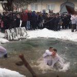 Tinerii din Șercăița s-au aruncat în apa rece pentru a prinde crucea