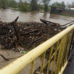 Apele Oltului sunt în creștere. La Hălmeag este pusă în pericol lucrarea de la noul pod