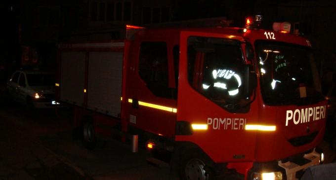 Pompierii, solicitați la un incendiu izbucnit la o casă