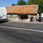 VIDEO. A intrat cu microbuzul într-o casă din Perșani. Din fericire, la momentul impactului nu era nimeni înăuntru