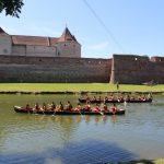 Distracție și adrenalină pe lacul Cetății Făgăraș. 18 echipe se întrec la concursul de canotci