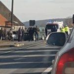 Un bărbat care se afla în fața unei case, lovit de una din mașinile implicate în accident
