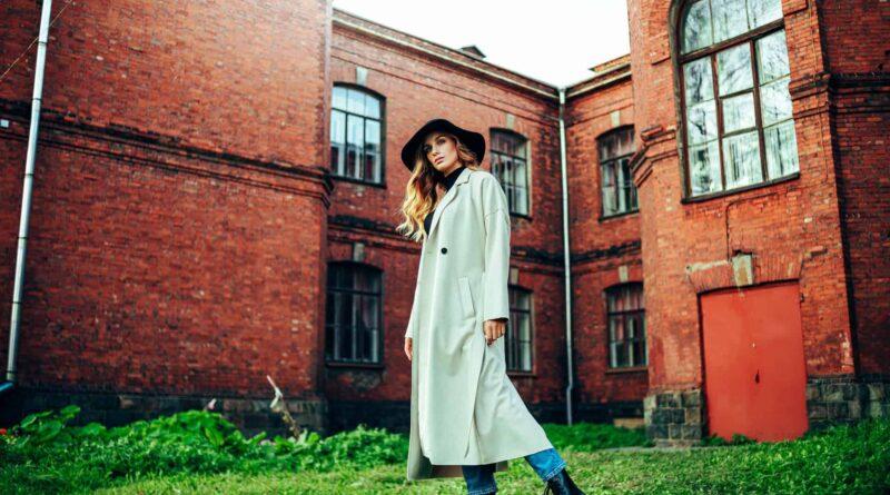 14 oct Moda anotimpului toamna! Iată care sunt articolele vestimentare feminine care se poartă și anul acesta